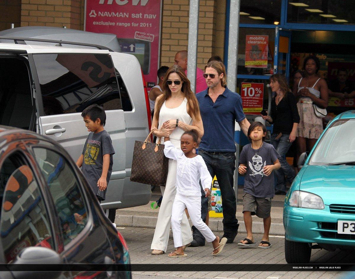 جديدترين عكس خانوادگي از آنجلینا جولی و برد پیت و فرزندانشان