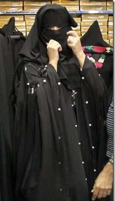 کیم کارداشیان در حال پوشیدن چادر در دبی