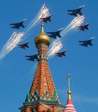 عبور هواپیماهای مانور دهنده از فراز کلیسای سن باسیل در مسکو