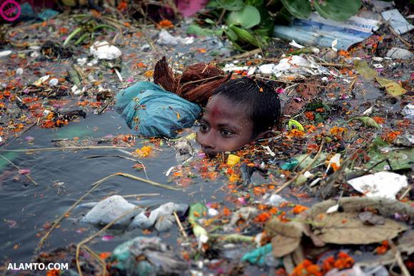 عکس : شنا در آشغال
